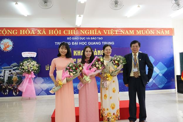 Thầy Hiệu trưởng Chúc mừng và tặng hoa cho 03 học viên có kết quả thi tốt nhất