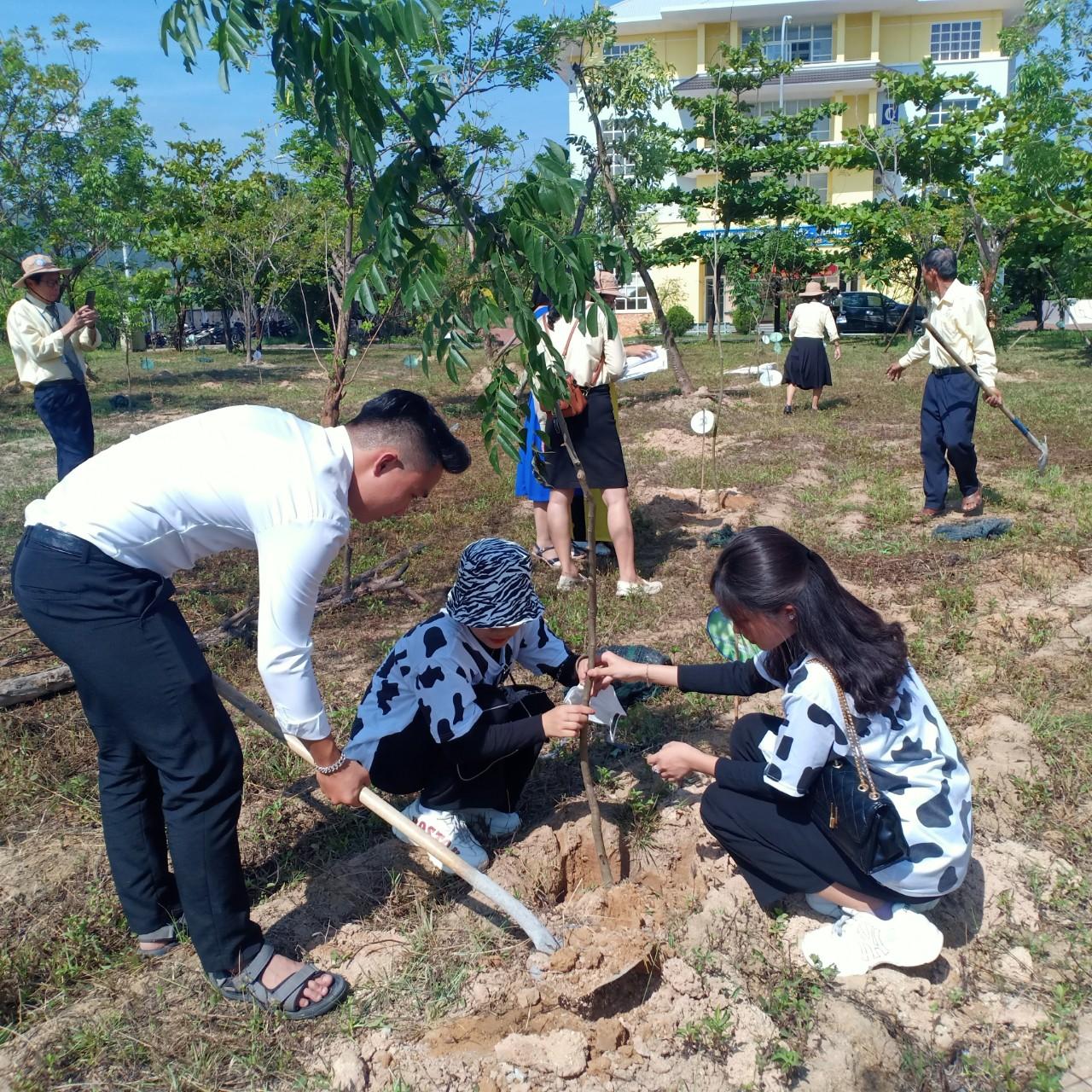 """Trường Đại học Quang Trung phối hợp cùng Thành Đoàn Quy Nhơn và Huyện Đoàn Tuy Phước tổ chức Chương trình trồng cây """"Vì Màu Xanh Cho Quê Hương"""""""